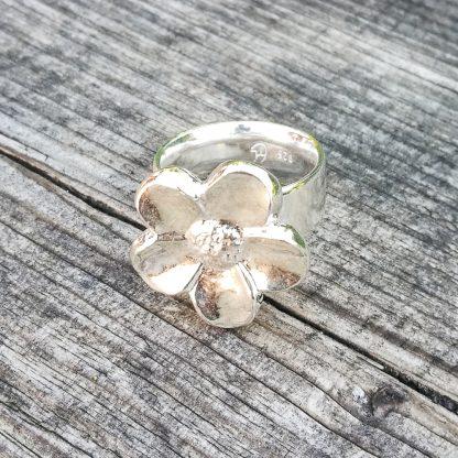 Kraftig sølvring med blomstermotiv