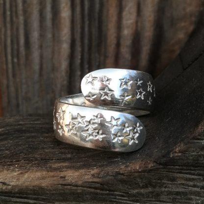 Sølvring overstrødd med stjerner